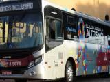 São Paulo: Ônibus com o adesivo da campanha Abril Azul começa a circular na cidade