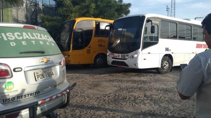 Polícia e Detran apreendem dois ônibus piratas no interior do Ceará