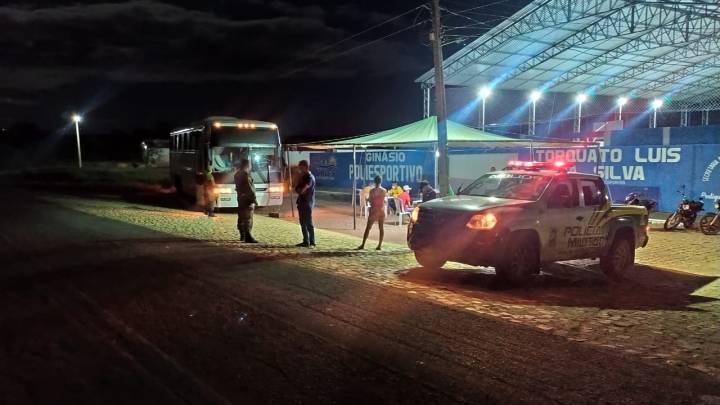 Ônibus é apreendido com 26 passageiros em barreira sanitária no interior do Piauí