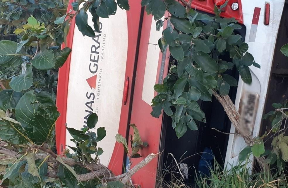 MG: Micro-ônibus tomba com 15 passageiros a bordo na BR-153