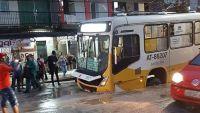 Ônibus cai em buraco após rompimento de tubulação na cidade de Belém