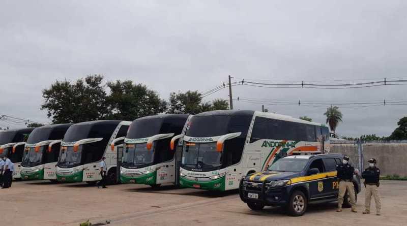 Ao menos 11 ônibus com 900 brasileiros foram usados na repatriação de brasileiros da Bolívia
