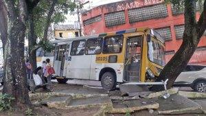 Acidente com ônibus na Avenida Lafayete Coutinho chama atenção em Salvador