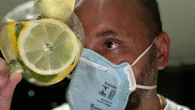 Presidente do Rio Ônibus publica foto brincando com máscara de uso hospitalar