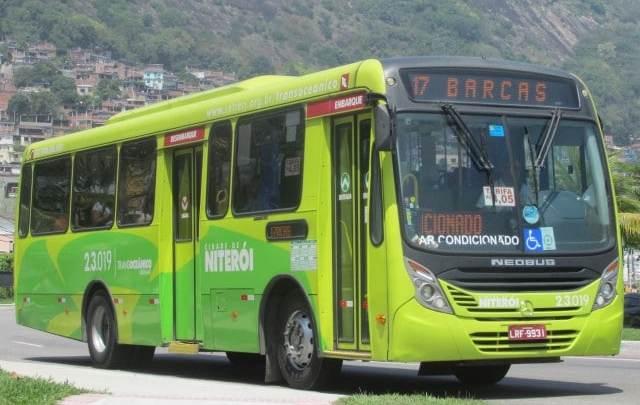 Niterói: Acidente entre ambulância e ônibus deixa duas pessoas feridas