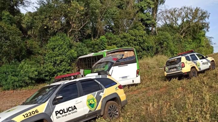 PR: Polícia Militar apreende ônibus carregado com cigarros contrabandeados