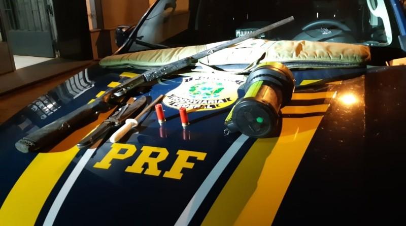 PRF prende homem com arma e caça durante fiscalização de ônibus em São Borja