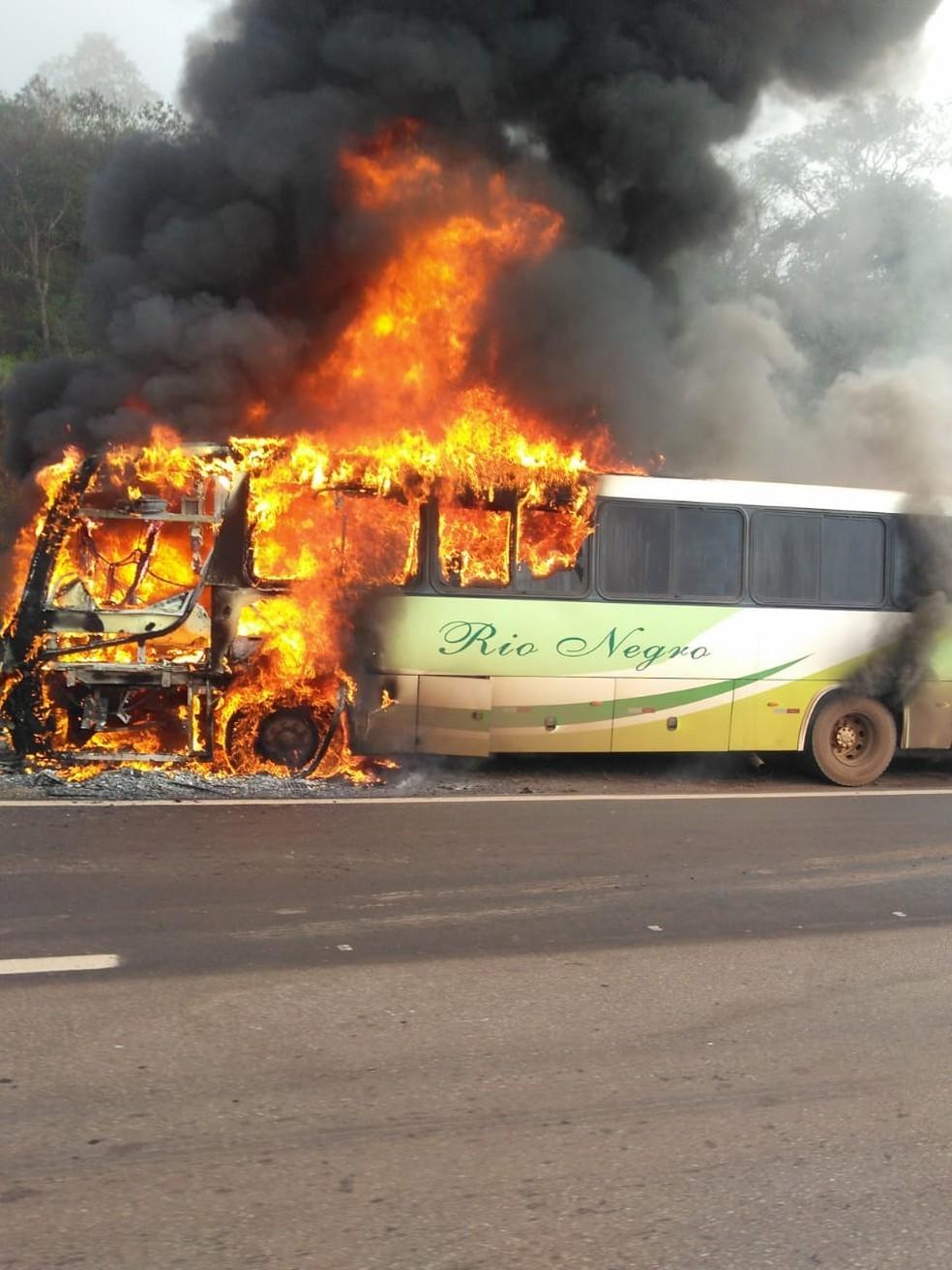 Conselheiro Lafaiete: Ônibus da Viação Rio Negro pega fogo na BR-040