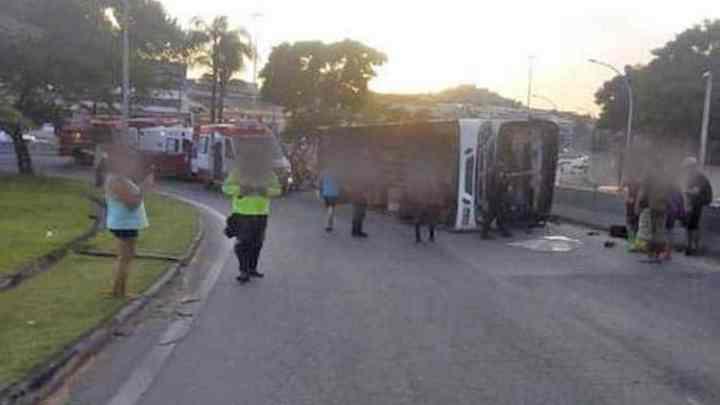 Rio: Ônibus da Transportes Futuro tomba na Linha Amarela deixando 25 feridos