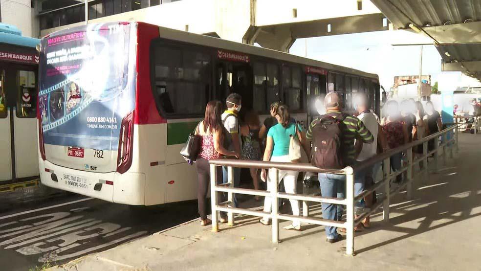 Grande Recife segue com filas em terminais de ônibus no primeiro dia da quarentena