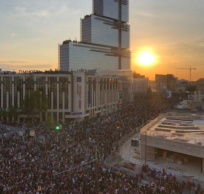 Vídeo: Protestos em Paris suspende transporte de ônibus nesta terça-feira