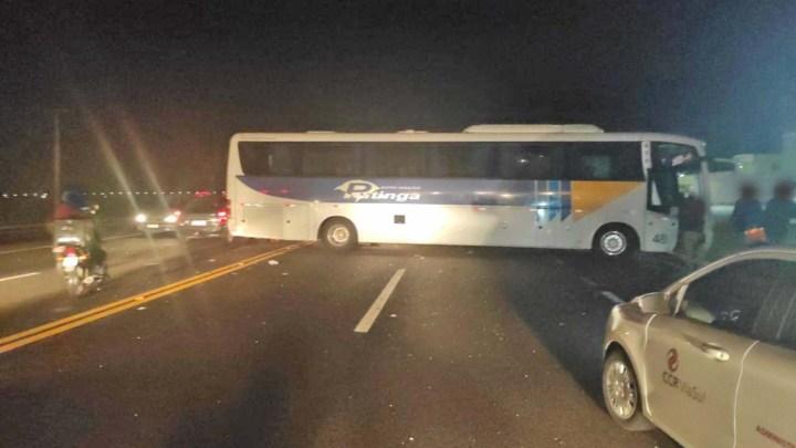 RS: Acidente entre caminhão e ônibus da Auto Viação Putinga deixa três feridos na BR-386