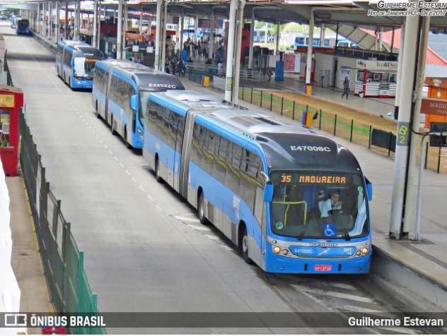 Rio de Janeiro registra passageiros aglomerados nos ônibus em meio à abertura do comércio