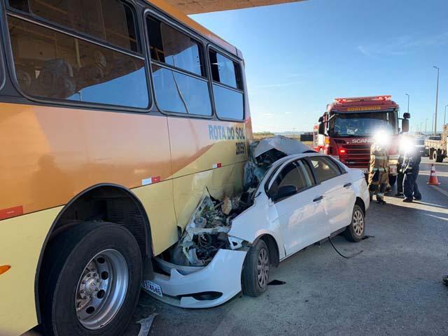 Vídeo: Acidente entre carro e ônibus deixa dois mortos na BR-040
