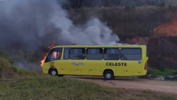 MG: Micro-ônibus pega fogo em Santos Dumont