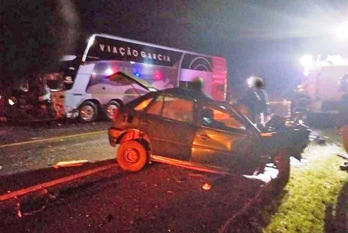 PR: Acidente entre carro e ônibus da Garcia deixa um morto na BR-376
