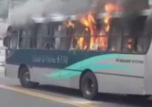 Ônibus acaba incendiado por marginais em Vitória
