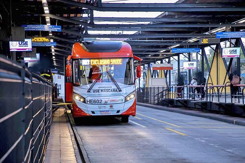 Curitiba: Ônibus exclusivo da saúde facilita rotina dos profissionais de hospitais e clínicas