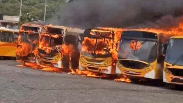 Vídeo: Incêndio destrói cinco ônibus da empresa Via Metro em Ilhéus, no sul da Bahia