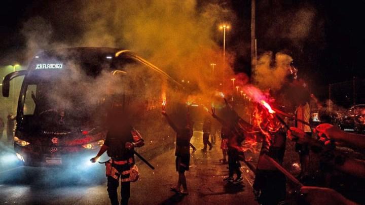 Vídeo: Torcida do Flamengo faz rua de fogo para receber delegação em  ônibus no Maracanã