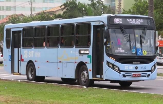 Macaé: Idoso espera sentado no chão por ônibus que passam lotados e não param