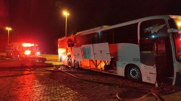 GO: Ônibus da Trans Brasil pega fogo na BR-060