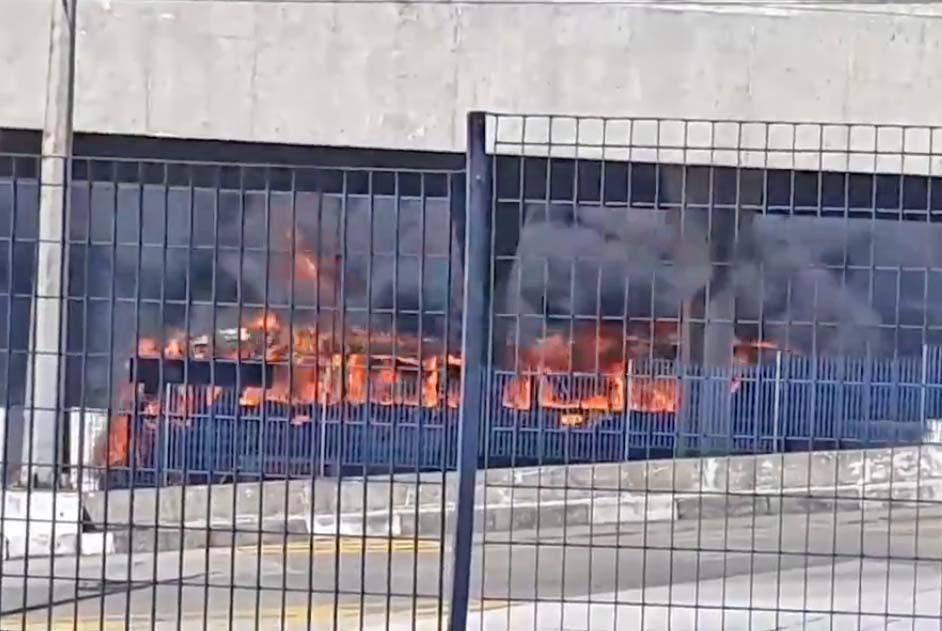 Vídeo: Ônibus pega fogo ao lado do Terminal Piraporinha, em Diadema