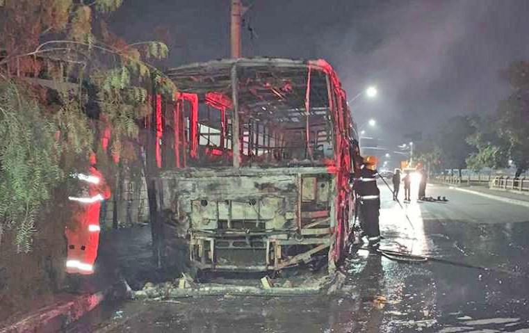 Ônibus é incendiado em Betim nesta madrugada de segunda-feira