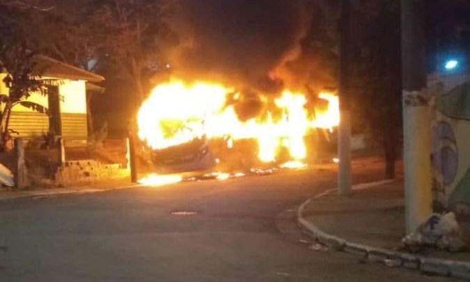 Bandidos incendiam dois ônibus no Parque Bristol na Zona Sul de São Paulo