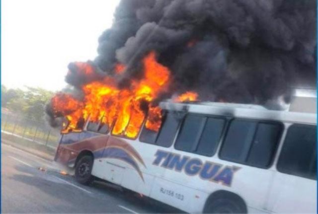 Vídeo: Ônibus da Transportadora Tinguá pega fogo na Via Dutra na Baixada Fluminense