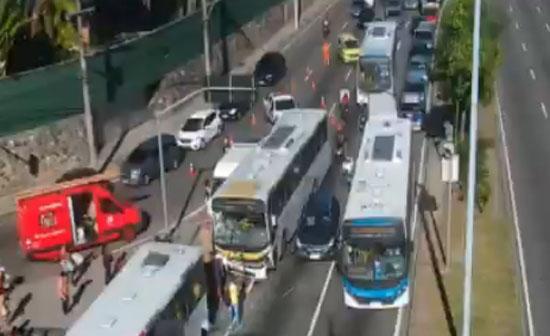 Vídeo: Acidente entre dois ônibus complica o trânsito na Zona Sul do Rio nesta manhã