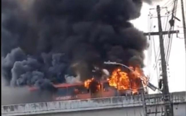 Recife: Ônibus pega fogo no viaduto Capitão Temudo na manhã desta sexta-feira