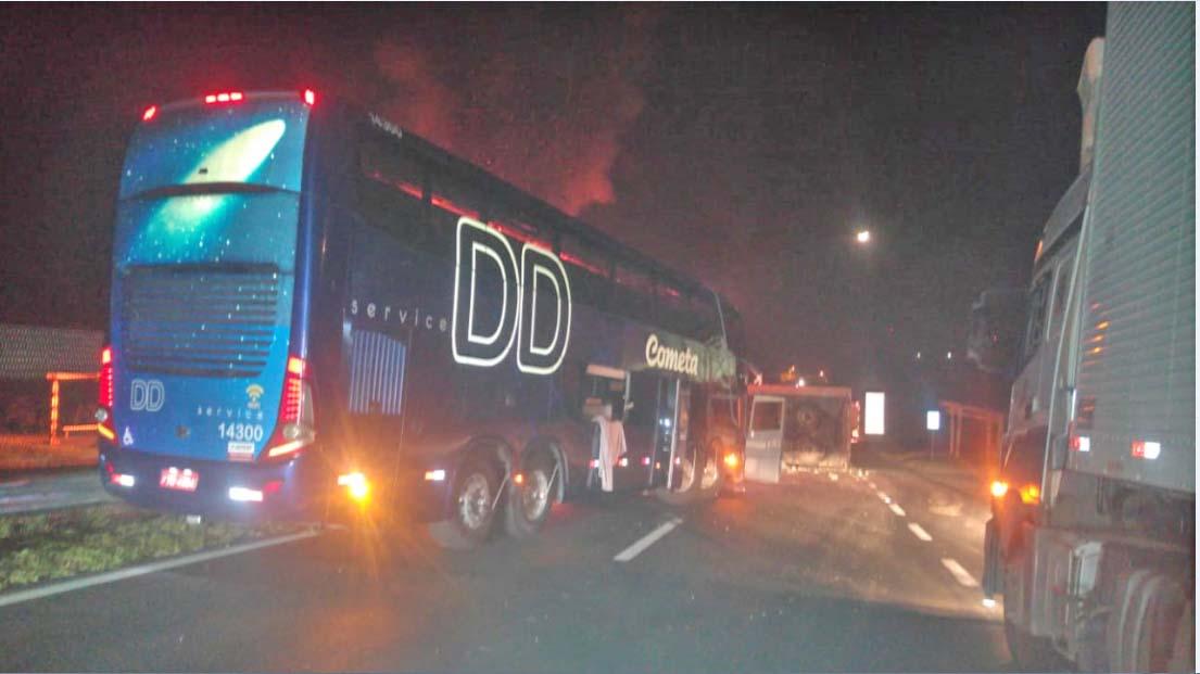SP: Acidente com carreta  e ônibus da Viação Cometa interdita a Via Dutra nesta quarta-feira