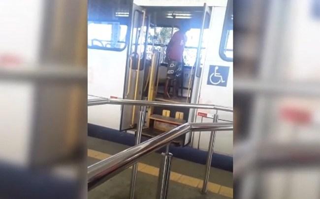 Vídeo: Briga entre passageiros de ônibus na Estação Pirajá chama atenção