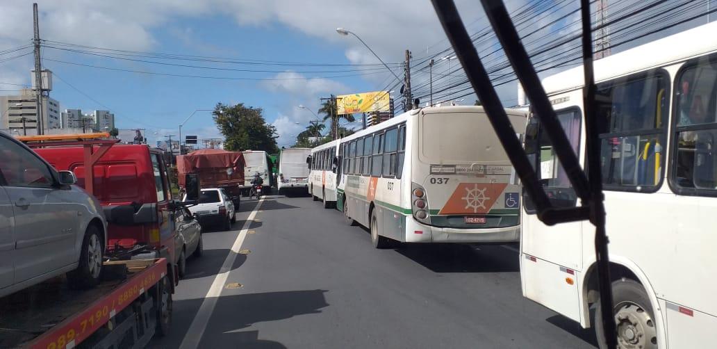Maceió: Manifestação de rodoviários da Auto Viação Veleiro bloqueia a Avenida Fernandes Lima