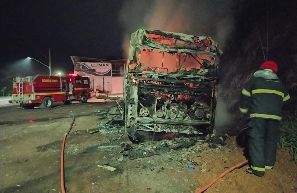 MG: Ônibus é incendiado na BR-381 em Ipatinga neste domingo