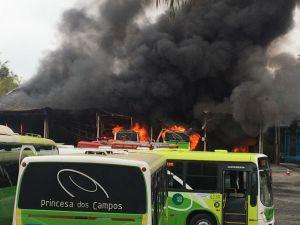 Vídeo: Incêndio atinge garagem da Princesa dos Campos em Registro/SP