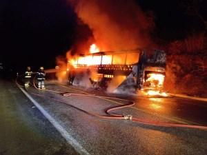 MG: Ônibus pega fogo quando trafegava na BR-251 em Montes Claros