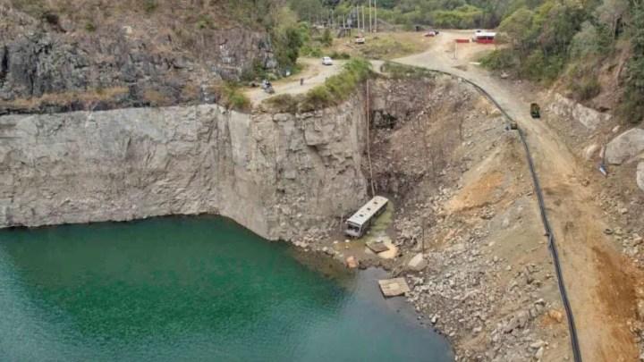 Ônibus surge abandonado  no fundo de reservatório de água na região de Curitiba