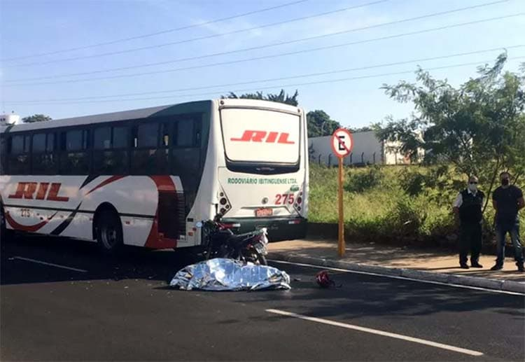 SP: Acidente entre moto e ônibus deixa um morto em  Bauru
