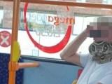Inglaterra:  Passageiro de ônibus usa cobra como máscara na cidade de Salford