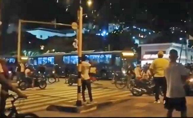 Ao Vivo: Protesto em Bogotá tem ônibus, comércio e estações danificadas nesta noite – Vídeo