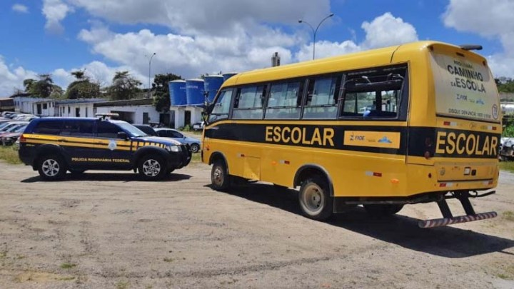 PE: Ônibus escolar é apreendido por transporte irregular de passageiros em Garanhuns