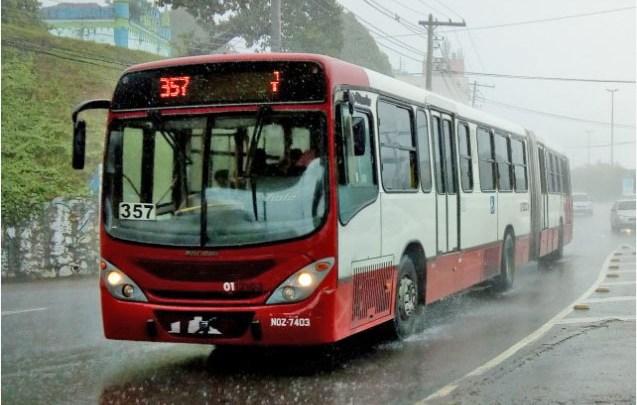 Polícia prende dupla após assaltar ônibus em Manaus nesta manhã
