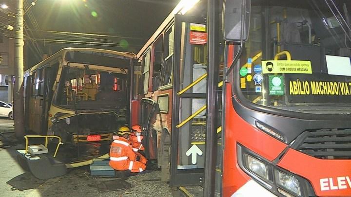 Belo Horizonte: Colisão entre dois ônibus deixa um morto e três feridos na Região Noroeste