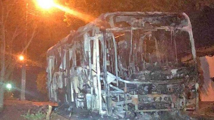Ônibus acaba incendiado em Londrina nesta sexta-feira