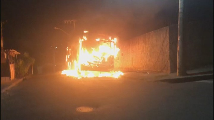 Vídeo: Ônibus é incendiado em Belo Horizonte por ordem de detentos de Contagem