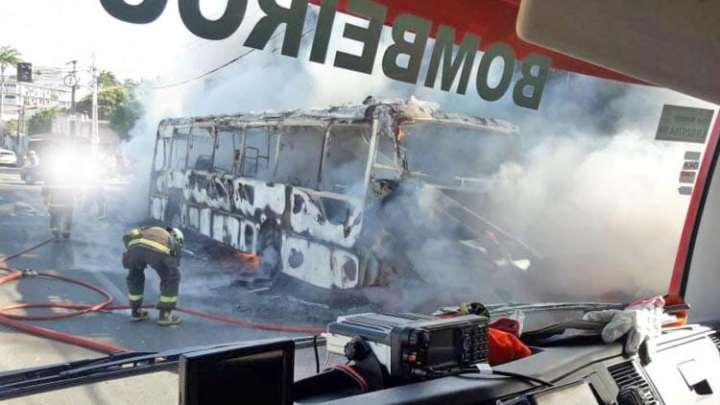 Ônibus acaba incendiado ao trafegar pela Avenida Coronel Carvalho em Fortaleza