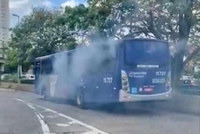 Vídeo: Simulação de incêndio em ônibus de São Paulo chama atenção no Campo Limpo