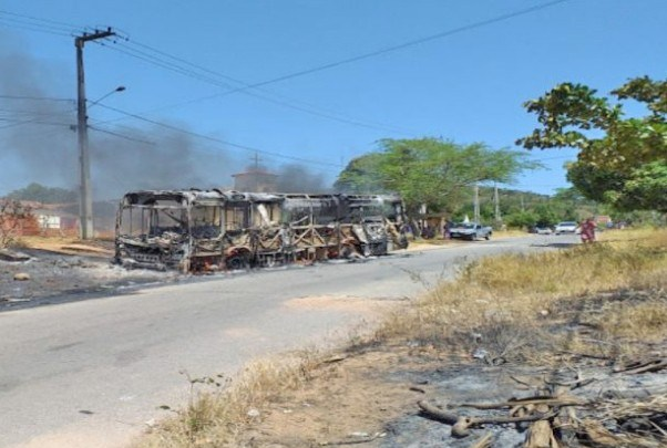 PE: Ônibus pega fogo no município de Tacaratu na manhã desta segunda-feira 26